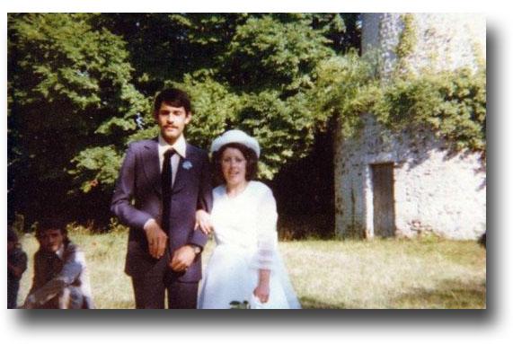Août 1978, trois ans avant qu'il ne se volatilise, Hervé Favre au bras de sa cousine Colette, le jour de son mariage.
